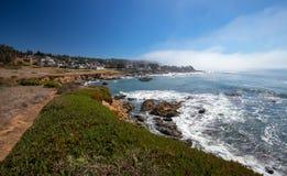 Ojämn central Kalifornien kustlinje på Cambria Kalifornien USA royaltyfri fotografi