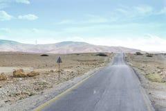 Ojämn intercity väg mellan bosättningar nära huvudstaden av Jordanien - Amman royaltyfria foton