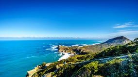 Ojämn kustlinje och branta klippor av udde av bra hopp på Atlanticet Ocean Arkivbilder