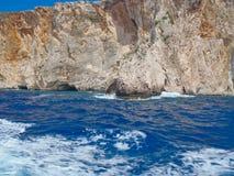Ojämn kustlinje och grottor, Zakynthos grekisk ö, Grekland royaltyfria foton