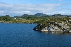 Ojämn stenig kustlinje av ön Vestre Bokn Royaltyfri Bild