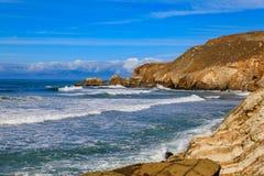Ojämn strand i Pacifica California på en solig dag Royaltyfri Fotografi
