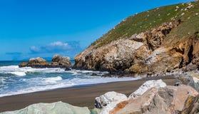 Ojämn strand i Pacifica California på en solig dag Royaltyfria Bilder