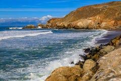 Ojämn strand i Pacifica California på en solig dag Arkivfoto