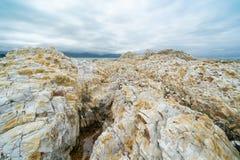 Ojämn vit sandsten och mulet molnbildande arkivfoton