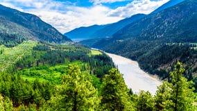Ojämna berg längs Fraser River och den Lytton-Lillooet huvudvägen var huvudväg 12 följer floden för ett mycket sceniskt drev arkivfoton