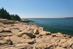 Ojämna Maine Coastline utgjorde av rosa granit som över lämnades från th Royaltyfri Foto