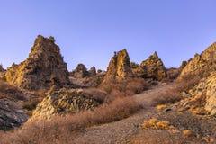 Ojämna och steniga kullar på sidan av ett berg arkivbild