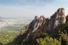 Ojämnt berg på den Bukhansan nationalparken i Seoul royaltyfria bilder