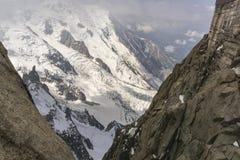Ojämnt berglandskap, sikt från Aiguille du Midi Fransk Al royaltyfria foton