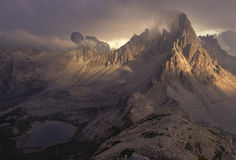 Ojämnt berglandskap under övergående stormmoln i nordliga Italien royaltyfri fotografi