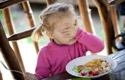 Oj kan min gud, inte tro det! Gulligt behandla som ett barn flickan i en rosa tröja w royaltyfri bild
