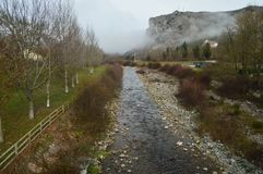 Oja River aan Zijn Pas door Ezcaray Aard, Reis, Landschappen royalty-vrije stock afbeeldingen