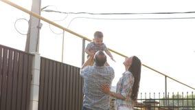 Ojców podrzucenia do niebo uroczego małego syna i chwyty zbiory