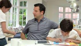 Ojców Pomaga dzieci Z pracą domową zbiory wideo