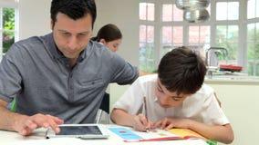 Ojców Pomaga dzieci Z pracą domową zbiory