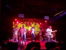 Ojców psalmy Skrzykną sztuki muzykę indoors na scenie z chłodno lighti zdjęcia stock