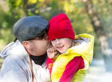 Ojca buziaka doughter outdoors Rodzic miłość Ojca dzień obrazy stock