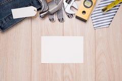 Ojca dnia etykietka z narzędziami i krawat ramą na drewnie Zdjęcia Stock