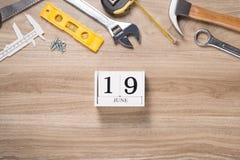 Ojca dnia etykietka z narzędziami i krawat ramą na drewnie Fotografia Stock