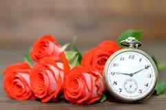 Ojca dnia karta: Bukiet czerwone róże i kieszeniowy zegarek Obrazy Royalty Free