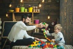 Ojca dnia pojęcie Ojca i dziecka syn bawić się z zabawkami na ojca dniu Ojca dzień codziennego dzień szczęśliwego ojcze obrazy royalty free