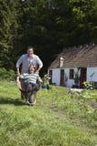 Ojca dosunięcia syn W Wheelbarrow Na zewnątrz chałupy obraz royalty free