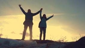 Ojca i córki pracy zespołowej turystów sylwetki szczęśliwy rodzinny pojęcie Drużynowy tata i córka na górze góry przy zdjęcie wideo