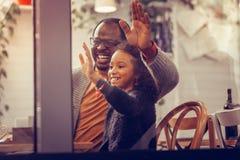 Ojca i córki falowanie podczas gdy widzieć matki przez okno obrazy royalty free