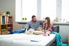 Ojca i córki gawędzenie w sypialni zdjęcia royalty free