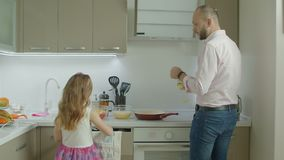Ojca i córki kulinarny śniadanie w kuchni zbiory wideo