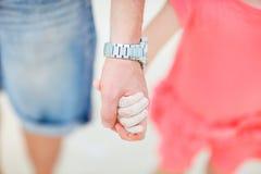 Ojca i córki mienia ręki Zdjęcia Royalty Free