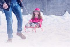 Ojca i córki plenerowy bawić się w zima śniegu parku Zdjęcia Royalty Free