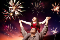 Ojca i córki przyglądający fajerwerki Fotografia Stock