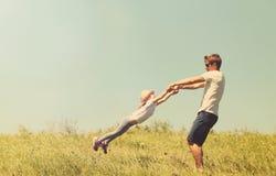 Ojca i córki spinnig plenerowy Zdjęcie Stock