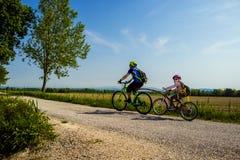 Ojca i córki tandem iść w bicyklu Rower marszruta FVG2 Grado miasto, Friuli Venezia Giulia, Włochy fotografia stock