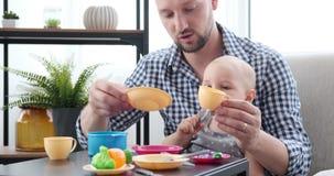 Ojca i dziecka córka bawić się z zabawkarskim kuchnia setem zbiory wideo