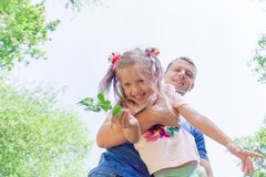 Ojca i dziecka dziewczyna bawić się wpólnie Ojca ` s dnia pojęcie Tata trzyma jego córki w jego rękach obrazy royalty free
