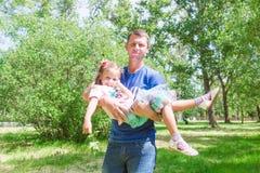 Ojca i dziecka dziewczyna bawić się wpólnie Ojca ` s dnia pojęcie Tata trzyma jego córki w jego rękach obraz stock