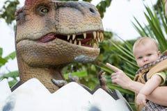 Ojca i dziecka syn bawić się w przygody Dino parku zdjęcie royalty free