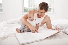 Ojca i dziecka wpólnie czytelnicza książka Obraz Stock