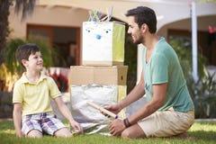 Ojca I syna budynku modela robot W ogródzie Zdjęcie Royalty Free