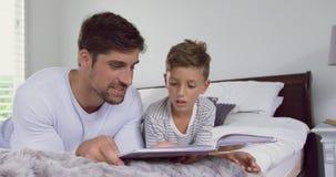 Ojca i syna czytelnicza opowieść rezerwuje w sypialni 4k w domu zbiory wideo