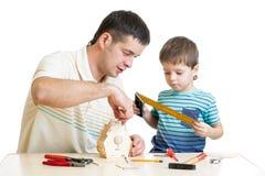 Ojca i syna dzieciak robi drewnianemu gniazdować pudełku Obraz Royalty Free
