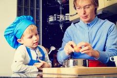 Ojca i syna kucharstwo w kuchni Zdjęcia Stock