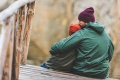 Ojca i syna obsiadanie na drewnianym moscie Zdjęcia Stock