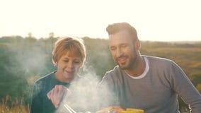 Ojca i syna pieczone kiełbasy na grillu