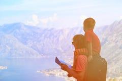 Ojca i syna podróż wycieczkuje w górach Zdjęcie Stock