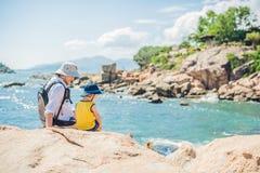 Ojca i syna podróżnicy przy Hon Chong przylądkiem, ogródu kamień, popularni turystyczni miejsca przeznaczenia przy Nha Trang Wiet Fotografia Royalty Free