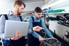 Ojca i syna praca przy auto usługa Dwa mechanika pracują z szczegółami samochód Zdjęcie Royalty Free